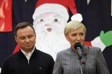 Polacy, którzy wyszli na ulicę w obronie wolnych sądów, zaśpiewali prezydentowi Dudzie specjalną kolędę przed Pałacem.
