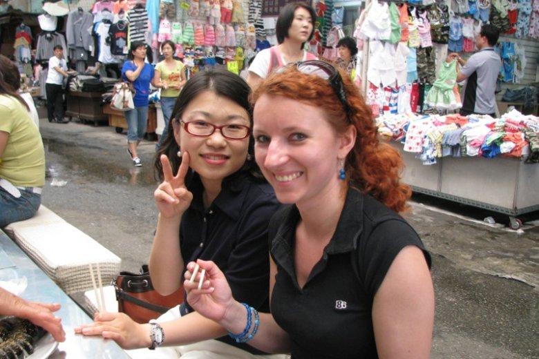 Korea Południowa. Obiad z nieznajomą na lokalnym bazarze. Dziewczyna była bardzo dumna z tego, że uczy angielskiego i może porozmawiać z Europejczykiem. Jej marzeniem były podróże