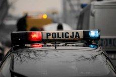 Zwłoki kobiety znaleziono przy wejściu do bloku mieszkalnego przy ul. Gęsiej w Lublinie. Policja podejrzewa morderstwo.