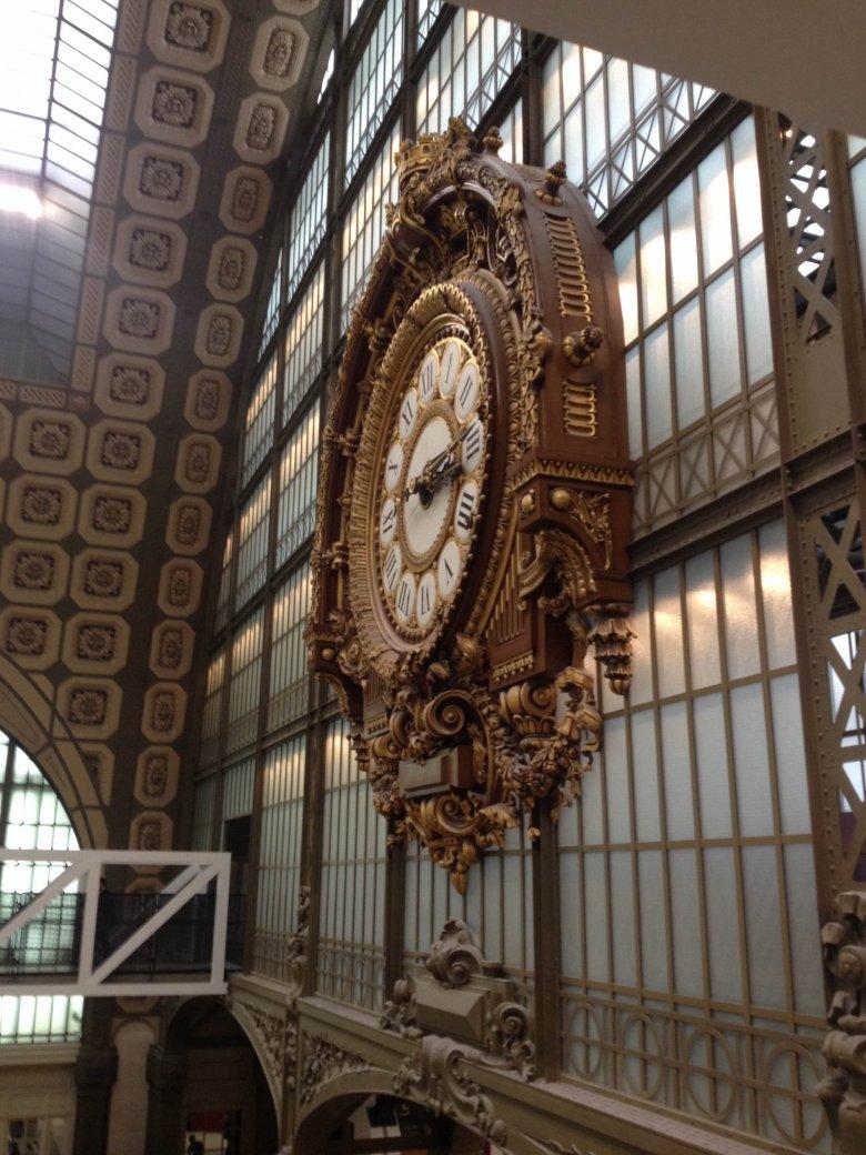 Zegar - niegdyś dworcowy, dzisiaj w Muzeum Sztuki Nowoczesnej. Wnętrze d'Orsay, Paryż.