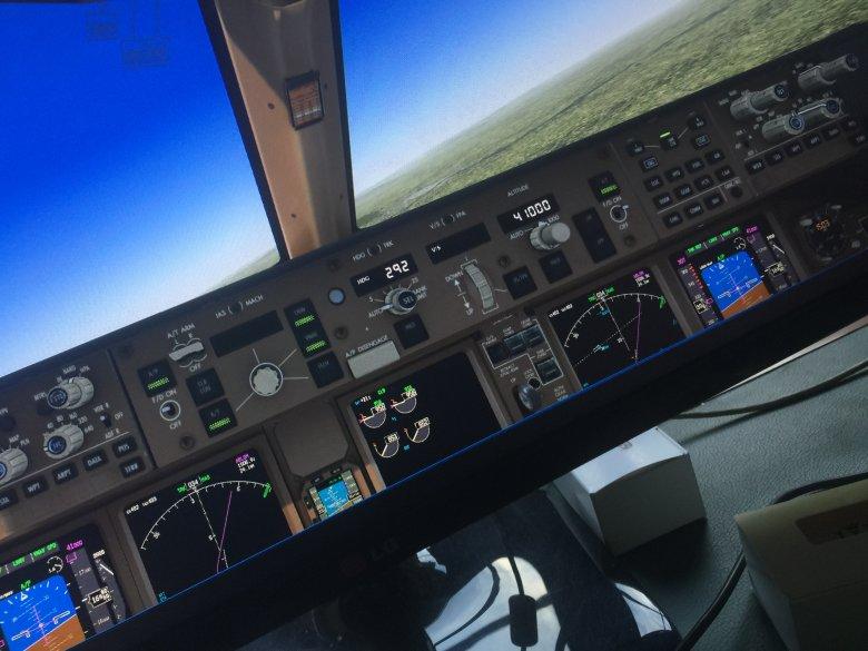 Wirtualny kokpit Boeing 777-300 PMDG w trakcie lotu.