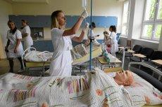Studentki pielęgniarstwa podczas zajęć.