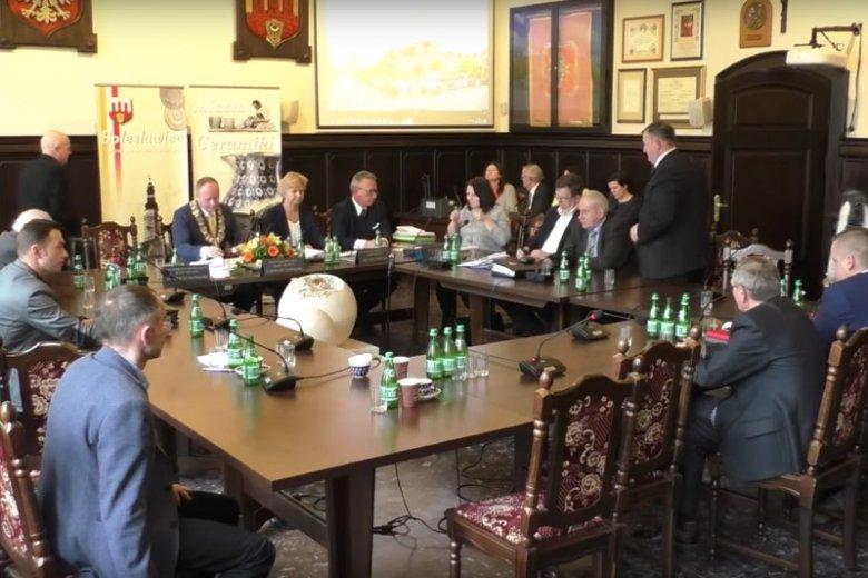 Bolesławiec: film z wulgarną reakcją na życzenia wielkanocne w radzie miasta.