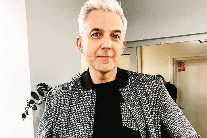Hubert Urbański słynie ze swoich białych włosów