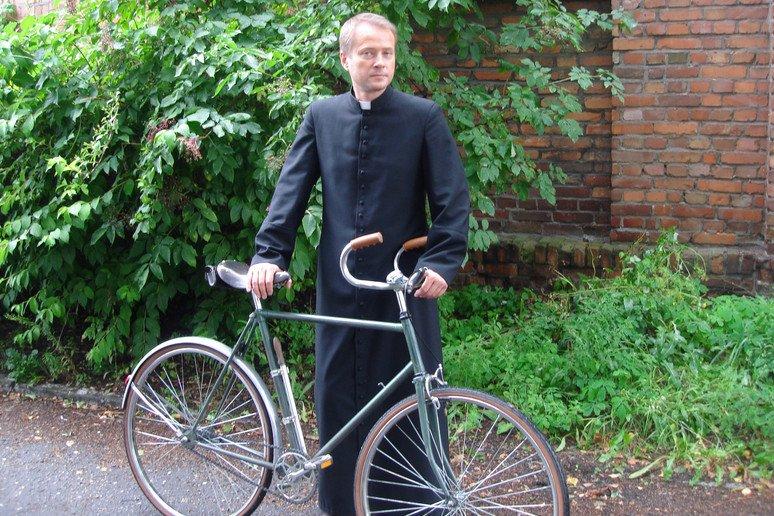 Ojciec Mateusz z nieodłącznym rowerem.