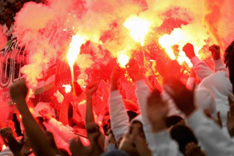 Odpalanie rac na stadionach - kibice to robią, prawo tego zabrania. Wielu uważa, że trzeba coś z tym zrobić.