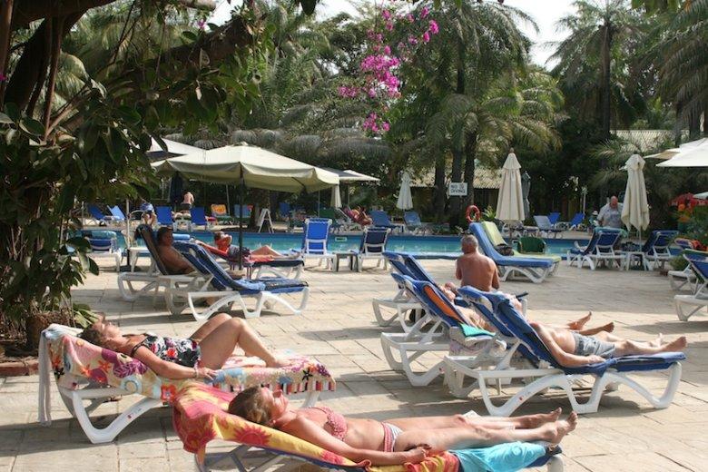 W Gambii też można spędzić urlop na leżaku. Jak kto lubi...