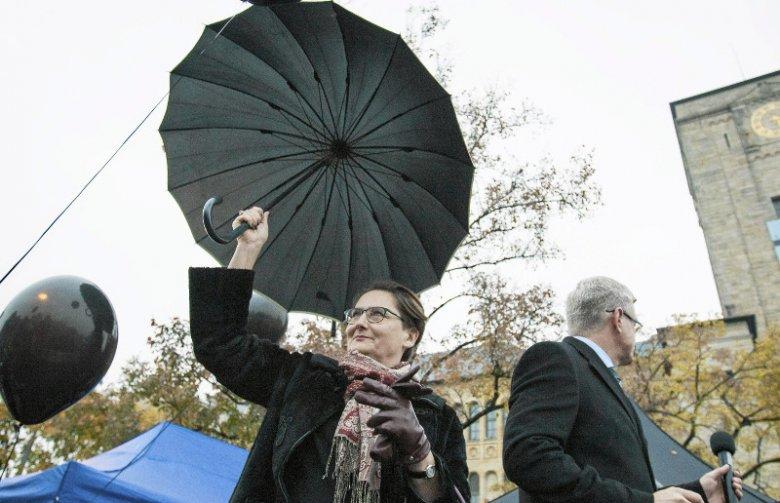 Czarny Protest w 2016 roku. Manifestacja przeciwko planom zaostrzenia ustawy aborcyjnej. Prezydent Poznania Jacek Jaśkowiak wraz z żoną Joanną Jaśkowiak.