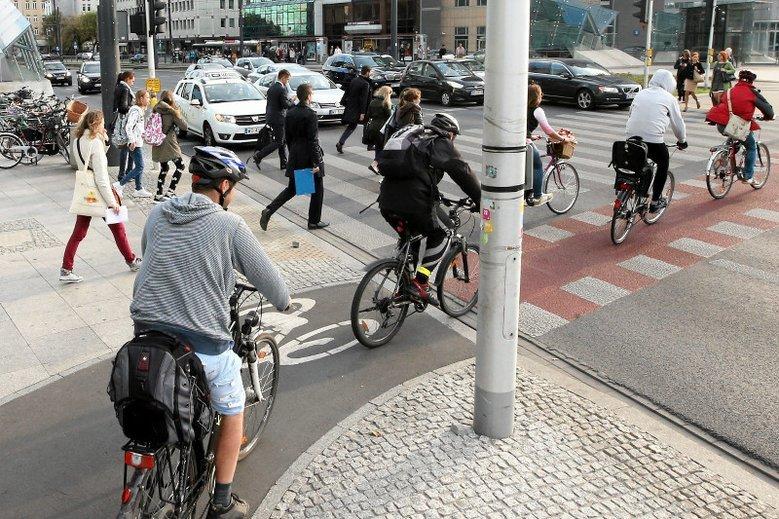 Przejechać rowerem przez przejście można tylko w tak oznaczonych miejscach.
