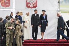 Stylistka mody skrytykowała strój Pierwszej Domy podczas ceremonii powitania papieża Franciszka w Krakowie.