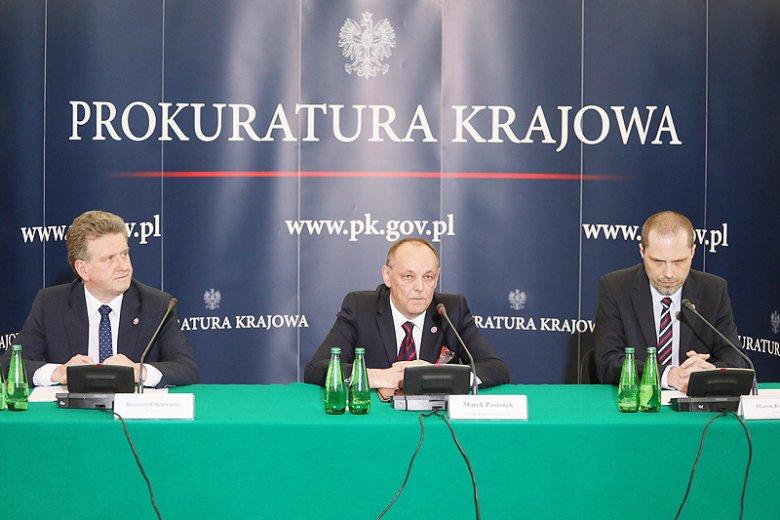 Prokuratura postawiła zarzuty dwóm rosyjskim kontrolerom lotów ze Smoleńska i trzeciej osobie, która miała znajdować się w wieży lotów.