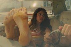 Margaret Qualley wciela się w rolę hippiski Pussycat. Aktorka musiała przezwyciężyć swój wstyd ze względu na fetysz stóp Quentina Tarantino