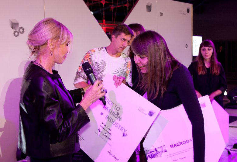 Grażyna Kulczyk wręcza nagrodę specjalną AFF - Kick to Fashion Industry Reginie Mowczan