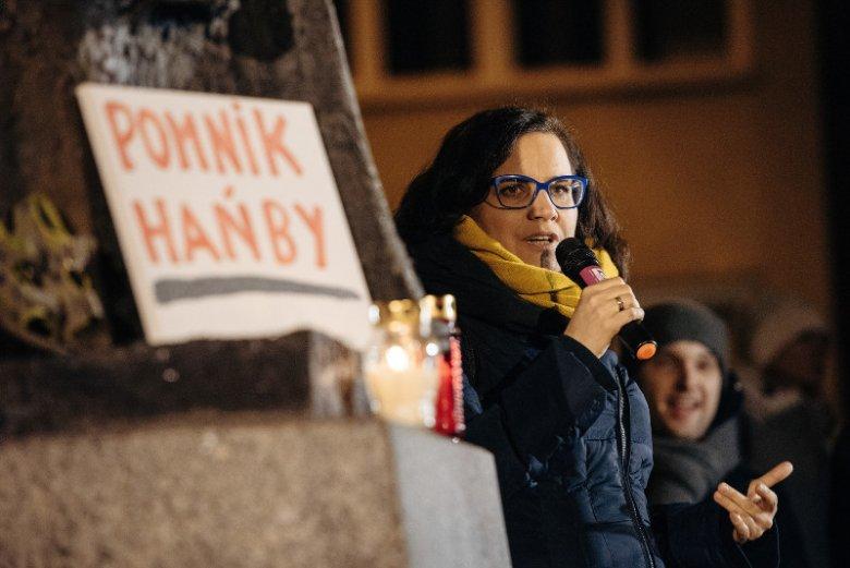 Posłanka Ewa Lieder z Nowoczesnej podczas styczniowego protestu przed pomnikiem ks. Henryka Jankowskiego.