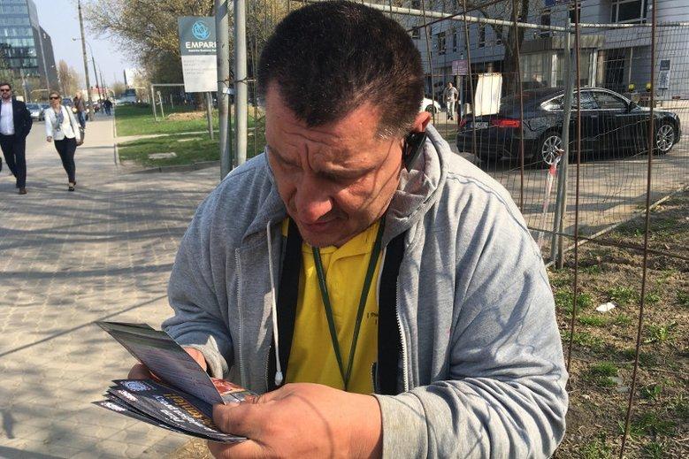 Radosław ma pierwszą grupę inwalidzką i od dziesięciu lat rozdaje ulotki.