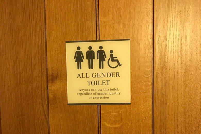 Podczas gdy w USA trwają awantury o to, z których toalet mają korzystać ludzie transpłciowi, w Wielkiej Brytanii zaproponowano inne rozwiązanie.