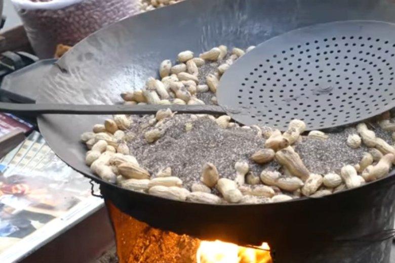 Ze smażeniem z wykorzystaniem piachu często można spotkać się na azjatyckich street foodach
