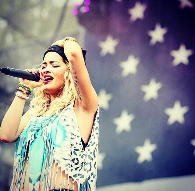 Rita Ora to królowa koloru!