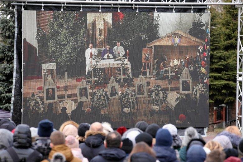 Na pogrzebie 15-latek, które zginęły w escape roomie, pojawiły się tłumy mieszkańców Koszalina.