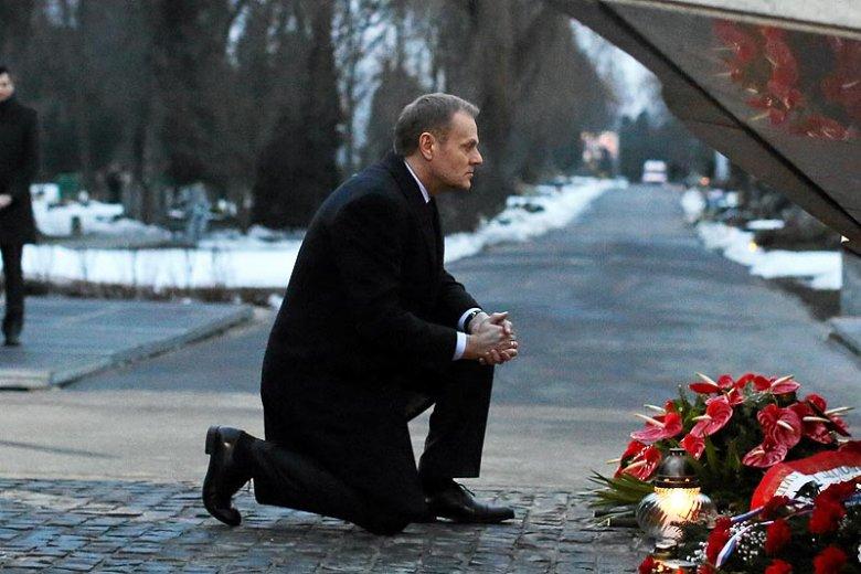 Złożenie kwiatów przed pomnikiem to dla rodzin ofiar katastrofy smoleńskiej zbyt mało ze strony premiera Donalda Tuska.