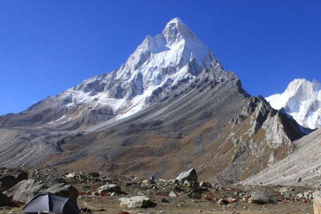 Góra Shivling leży na wysokości 6543 metrów n.p.mw Himalajach po stronie indyjskiej.