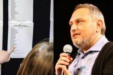 Dobrosław Bilski jest pedagogiem, wykładowcą i ojcem dwóch córek. Jedna z nich ubiega się właśnie o przyjęcie do szkoły średniej. Bilski chce pozwać Polskę za chaos spowodowany reformą edukacji.