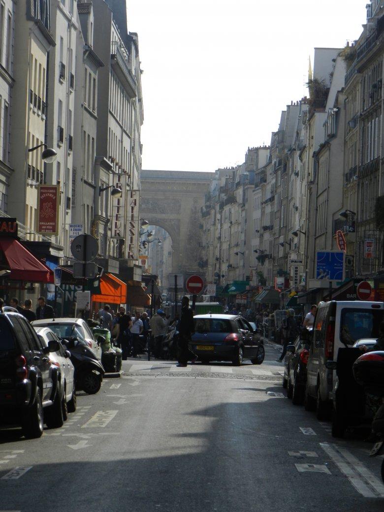 """Rue du Faubourg Saint Denis - serce dziesiątej dzielnicy Paryża. W oddali - Porte Saint Denis - dawna brama wjazdowa do miasta (XVII wiek), kiedy to jeszcze dzisiejsza """"dziesiątka"""" była poza granicami właściwego Paryża."""