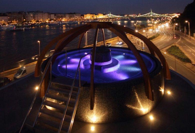 Basen dachu term. Rozciąga się stąd bajkowy widok na Dunaj i Peszt.
