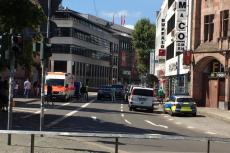 Uzbrojony mężczyzna zabarykadował sięw restauracji na zachodzie Niemiec.