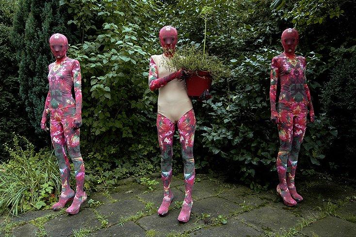 """Projekty strojów zentai. """"Ciało zostaje zakryte, ale jego syntetyczna, uproszczona wersja wychodzi na wierzch""""."""