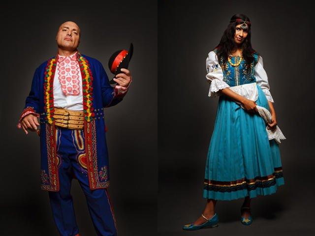 Włoch Leandro w regionalnych stroju z Nowego Sącza i Maya z Indii w kaszubskim.