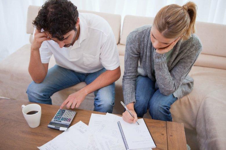 Borykając się z problemem zadłużenia, warto wyjątkowo ostrożnie planować swoje wydatki oraz zadbać o kontrolę tego, na co wydajemy pieniądze