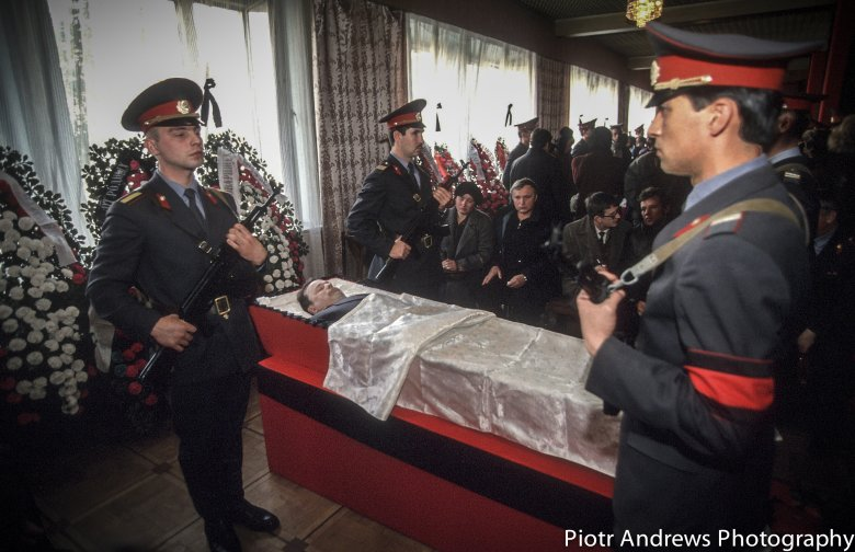 Uroczystości pogrzebowe milicjantów, którzy zginęli podczas ataku na Biały Dom w Moskwie.