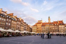 Warszawska Starówka w wakacje jest przeludniona, choć stolica ma o wiele więcej do zaoferowania.