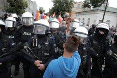 15-letni Jakub Baryła z krzyżem w ręku zatrzymuje Marsz Równości w Płocku.