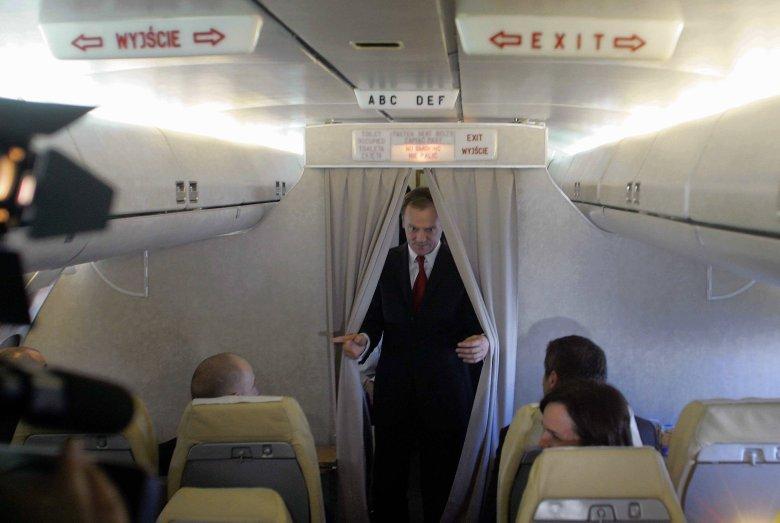 Samolot musiał awaryjnie lądować na Okęciu. Według TVP to wina byłego premiera Donalda Tuska.