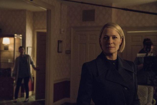 """W szóstym sezonie """"House of Cards"""" Claire Underwood (Robin Wright) będzie prezydentem USA. To nowe zdjęcie z planu."""