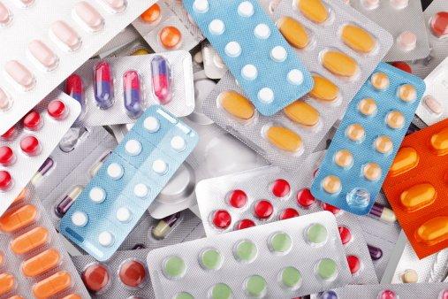 Zjadamy dziś prawdopodobnie najwięcej leków w Europie, tymczasem nawet w przypadku popularnego, dostępnego wszędzie i to pod rozmaitymi nazwami handlowymi paracetamolu, między dawką terapeutyczną a toksyczną jest niewielka różnica