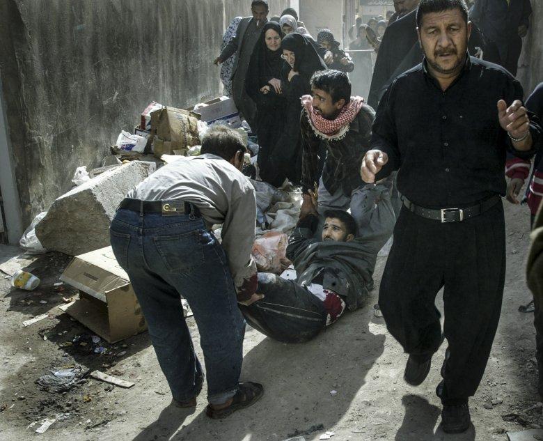 Irakijczycy uciekający w czasie zamachów bombowych podczas święta Ashura w Karbali.