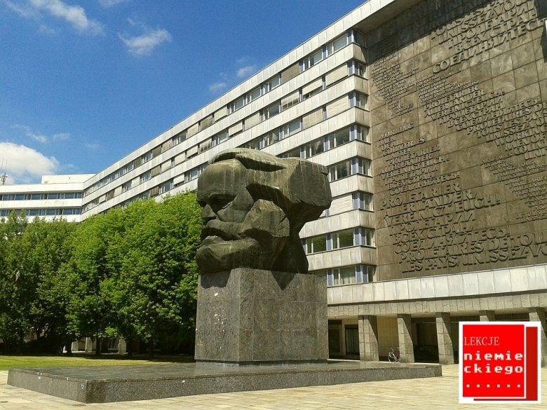 Chemnitz przed zjednoczeniem kraju nosiło nazwę Karl-Marx-Stadt.