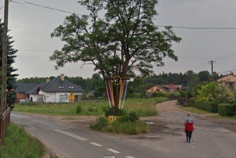 Krzyż jeszcze w starym miejscu na zbiegu dwóch uliczek w Radomsku. – Tutaj nie chodzi o obronę krzyża, tylko sprawę odszkodowania. Stąd cała historia – zapewnia Łukasz Więcek, radny, który doprowadził do przesunięcia krzyża.