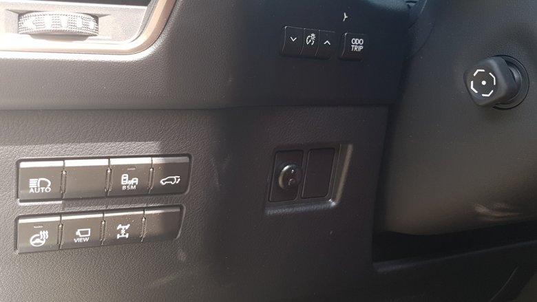 Przyciski znajdują się nie tylko na konsoli centralnej, ale też po obu stronach kolumny kierownicy.