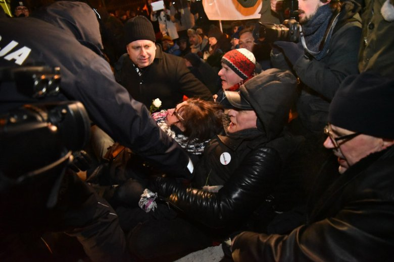 W trakcie kontrmanifestacji podczas marszu ONR-u w Warszawie doszło do starć z policją. Jej uczestnicy opowiadają o brutalności służb.