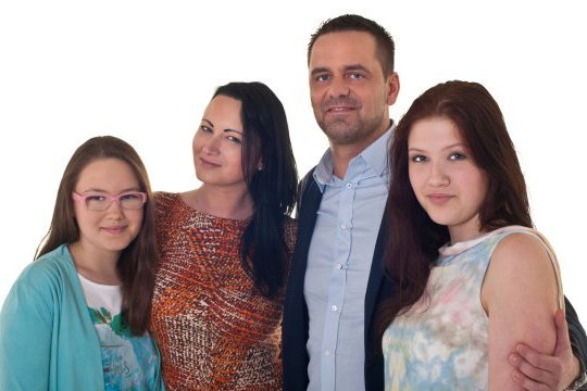 Synowa Marta Grządziel z nowym partnerem i córkami uciekła z pałacu i walczyła o mieszkanie w telewizyjnym show.