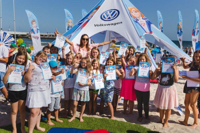 Ponad 9 tys. dzieci ukończyło kurs pierwszej pomocy w ramach tegorocznej odsłony ''Małych Ratowników''. Na zdjęciu mali bohaterowie z dyplomami w towarzystwie prezenterki telewizyjnej Pauliny Krupińskiej