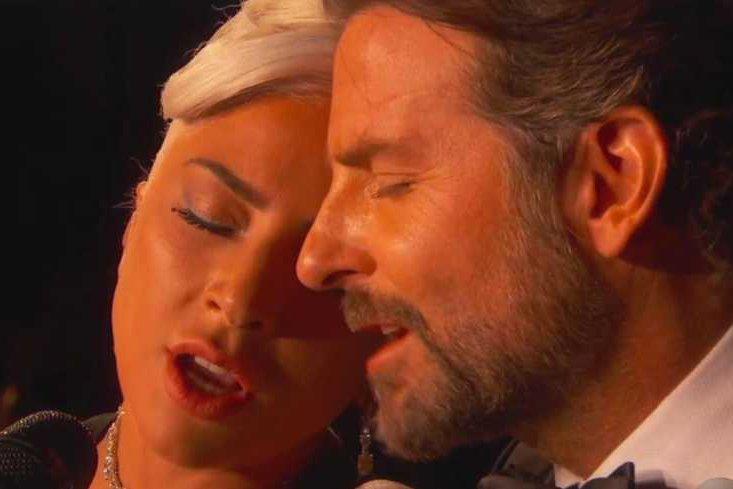 """Lady Gaga i Bradley Cooper wykonali """"Shallow"""" na Oscarach tak zmysłowo, że aż huczało od plotek"""