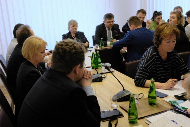Czwartkowa Komisja Regulaminowa w sprawie obniżenia pensji parlamentarzystów została odwołana z powodu nieobecności posłów.