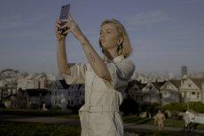 Samsung Galaxy Z Flip ze składanym szklanym ekranem to rewolucyjny kompaktowy smartfon, który stał się modową inspiracją. Na zdjęciu jego użytkowniczka Julia Kuczyńska/Maffashion