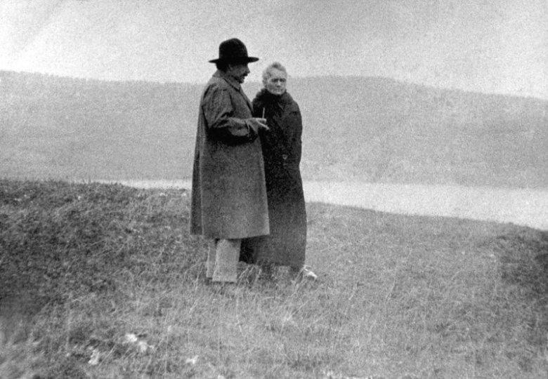 1925, Albert Einstein i Maria Skłodowska-Curie spacerują nad brzegiem Jeziora Genewskiego.