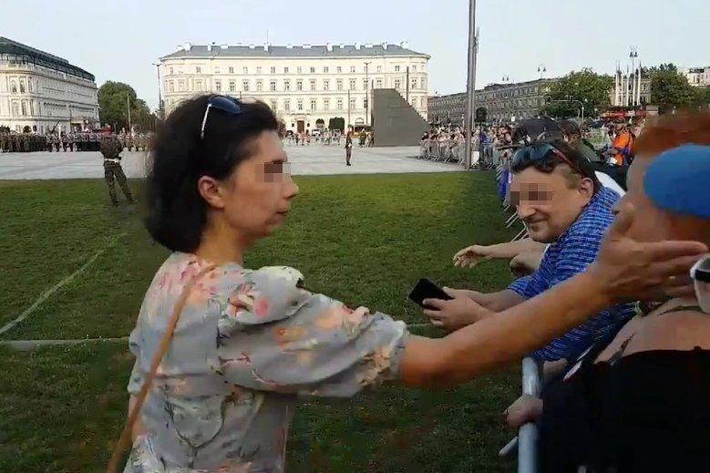 Protestująca została uderzona prosto w twarz.